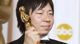 Kunio Kato sosteniendo el Oscar